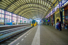 Harlem, Άμστερνταμ, Κάτω Χώρες - 14 Ιουλίου 2015: Εσωτερικός σταθμός σιδηροδρόμου, μεγάλη στέγη που καλύπτει την πλατφόρμα, μπλε  Στοκ εικόνες με δικαίωμα ελεύθερης χρήσης