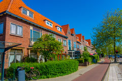 Harlem, Amsterdam, Nederland - Juli 14, 2015: Zeer charmante en traditionele Nederlandse buurt, rode aardige bakstenen Stock Foto's