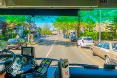 Harlem, Amsterdam, Paesi Bassi - 14 luglio 2015: Bus interno del trasporto pubblico nel traffico, vista del sedile anteriore, dri Fotografie Stock