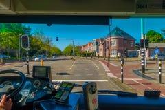 Harlem, Amsterdam, Paesi Bassi - 14 luglio 2015: Bus interno del trasporto pubblico nel traffico, vista del sedile anteriore, dri Fotografia Stock