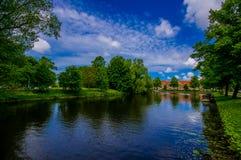 Harlem, Amsterdam, Paesi Bassi - 14 luglio 2015: Il bello piccolo lago sorrounded dall'ambiente verde del parco e Immagini Stock Libere da Diritti