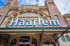 Harlem, Amsterdam, Paesi Bassi - 14 luglio 2015: Stazione ferroviaria come visto da fuori, bello vecchio rosso europeo di stile Immagini Stock