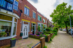 Harlem, Amsterdam, Paesi Bassi - 14 luglio 2015: Vicinanza olandese molto affascinante e tradizionale, mattoni rossi piacevoli Fotografia Stock