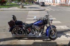 Harley Davidson azul y negro en Lima fotos de archivo