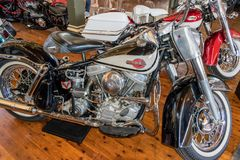 1960 Harley Davidson Duo Glide-motorfiets in Motorclassica royalty-vrije stock foto's