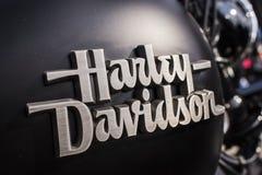 Harley Davidson logotecken på motorcykelbehållare på öppning för tjeckmotorsäsong Royaltyfri Bild