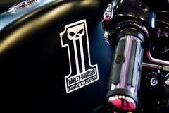 Harley Davidson-motorfiets in detail met zijn douane donker embleem Royalty-vrije Stock Foto's