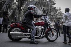 Harley Davidson negro rojo con los engranajes apropiados fotos de archivo