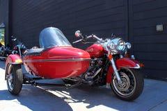 Harley Davidson rojo y coche lateral Imagen de archivo libre de regalías