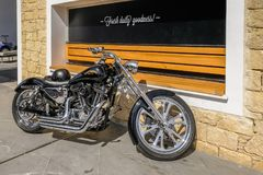 Harley Davidson silnika rower parkujący obok ściany Obrazy Royalty Free