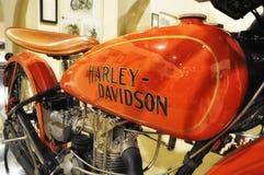Harley-Davidson TAPPNINGmotorcykel OCH LOGO I MUSEUM Royaltyfri Fotografi