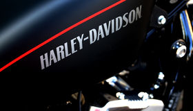 Harley Davidson Zeichen auf einem Fahrrad lizenzfreie stockfotos