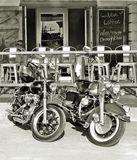 Harley Davidsons & φραγμός καφέδων Στοκ εικόνες με δικαίωμα ελεύθερης χρήσης
