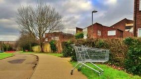 Harlow, Inglaterra - 13 de marzo de 2019 Una carretilla que hacía compras se ha desechado en el lado de la trayectoria fotos de archivo libres de regalías