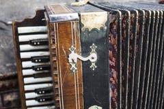 Harmônico do vintage Instrumento musical do acordeão retro do botão fotos de stock