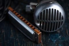 Harmônica e microfone imagens de stock