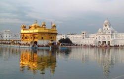 Harmandir Sahib - guld- tempel, i Amritsar, Indien Arkivbild