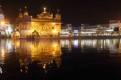 Guld- tempel på natten. Arkivbilder