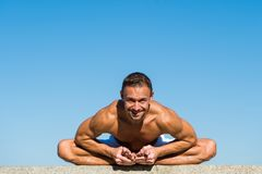 Harmoni och jämvikt för fynd för yogaövningshjälp Bakgrund för blå himmel för yoga för man praktiserande Nådd fred av meningen me arkivbilder
