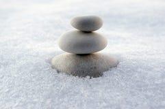 Harmoni och jämvikt, rösen, enkla balansstenar på vit bakgrund, vaggar zenskulptur, vita kiselstenar, det enkla tornet, enkelhet Fotografering för Bildbyråer