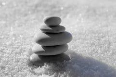 Harmoni och jämvikt, rösen, enkla balansstenar på vit bakgrund, vaggar zenskulptur, vita kiselstenar, det enkla tornet, enkelhet Royaltyfri Fotografi