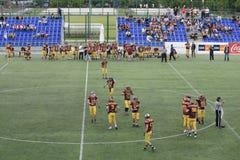 Harmonia de futebol americano entre lobos e o dragão azul Fotografia de Stock Royalty Free