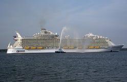Harmonia do navio de cruzeiros o maior do mundo dos mares imagem de stock royalty free