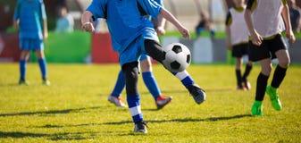 Harmonia do treinamento e de futebol entre equipes de futebol da juventude Foto de Stock