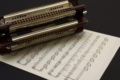 Harmonica multi-clés sur la musique de feuille Image libre de droits