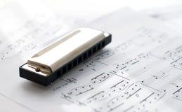 Harmonica sur des feuilles de note Images stock