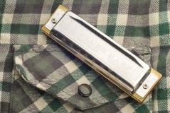 Harmonica sur la poche de chemise de flanelle Image libre de droits
