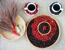 Harmonie créative, grain de café, tasse de café, baies mûres Image stock