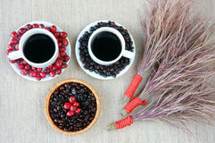 Harmonie créative, grain de café, tasse de café, baies mûres Photographie stock libre de droits