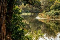 Harmonie en gunst Mooi rivierlandschap stock fotografie