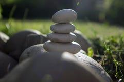 Harmonie en saldo, steenhopen, eenvoudige evenwichtsstenen in de tuin, rots zen beeldhouwwerk, witte kiezelstenen, enige toren royalty-vrije stock foto's