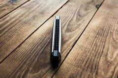 Harmonijka na drewnianym tle zdjęcie royalty free