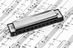 Harmonika op Bladmuziek stock afbeeldingen