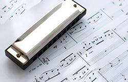Harmonika op nota's royalty-vrije stock afbeelding