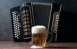 Harmonika und Bier Lizenzfreies Stockfoto