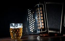 Harmonika und Bier Lizenzfreies Stockbild