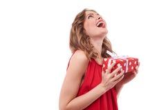 Harmonisch lachende reizend Dame, die aufwärts mit einem prese schaut lizenzfreie stockfotografie
