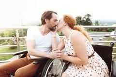 Harmoniskt mogna kyssande par utomhus fotografering för bildbyråer