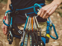 Harnais de sécurité de port femelle de grimpeur de roche Photos libres de droits