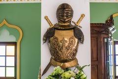 Harnesk av den forntida krigaren på pelarna royaltyfria bilder