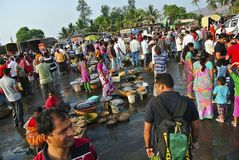 HARNEY, MAHARASHTRA, INDIA, Januari 2015, Mensen bij vissenmarkt in Konkan royalty-vrije stock fotografie