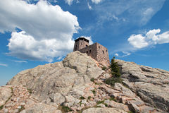 Harney ragen Feuer-Ausblick-Turm in Custer State Park im Black Hills von South Dakota empor USA, das durch den Zivilerhaltungs-Ke lizenzfreies stockbild