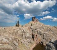 Harney ragen Feuer-Ausblick-Turm in Custer State Park im Black Hills von South Dakota empor USA, das durch den Zivilerhaltungs-Ke lizenzfreie stockfotografie
