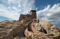 Harney repica a torre da vigia do fogo sob o cloudscape do cúmulo do cirro em Custer State Park no Black Hills de South Dakota imagem de stock royalty free
