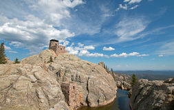 Harney-Spitzen-Feuer-Ausblick-Turm in Custer State Park im Black Hills von South Dakota USA stockfotos