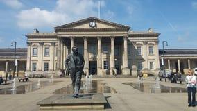 Harold Wilson Statue Huddesfield Railway Station arkivfoton
